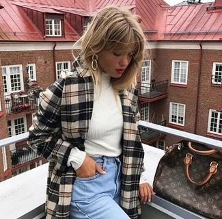 Come indossare: cappotto scozzese beige, dolcevita bianco, jeans boyfriend azzurri, borsa shopping in pelle stampata marrone scuro