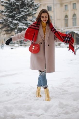 Trend da donna 2020 quando fa freddo: Prova a combinare un cappotto beige con jeans boyfriend strappati blu per un outfit rilassato ma alla moda. Completa questo look con un paio di stivaletti in pelle dorati.