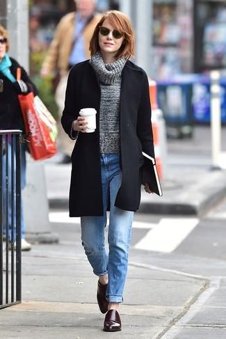 Come indossare e abbinare: cappotto nero, dolcevita di lana grigio, jeans boyfriend azzurri, scarpe double monk in pelle bordeaux