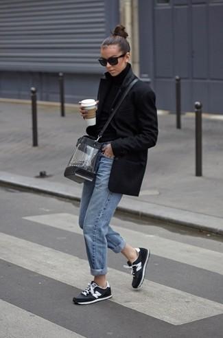 Come indossare: cappotto nero, dolcevita di lana nero, jeans boyfriend azzurri, scarpe sportive nere e bianche