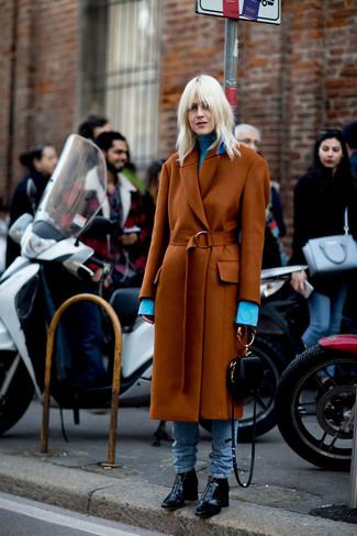 Come indossare: cappotto terracotta, dolcevita azzurro, jeans azzurri, stivaletti in pelle neri