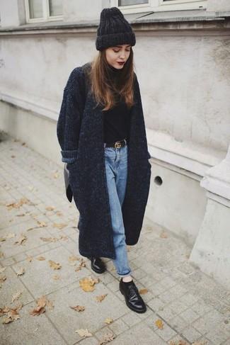 Vestiti con un cappotto lavorato a maglia grigio scuro e jeans azzurri per un look raffinato per il tempo libero. Abbina questi abiti a un paio di scarpe derby in pelle nere.
