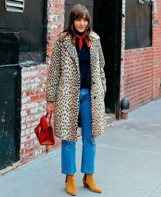 Come indossare e abbinare jeans blu: Scegli un cappotto leopardato beige e jeans blu per un look raffinato per il tempo libero. Completa questo look con un paio di stivaletti in pelle scamosciata marrone chiaro.