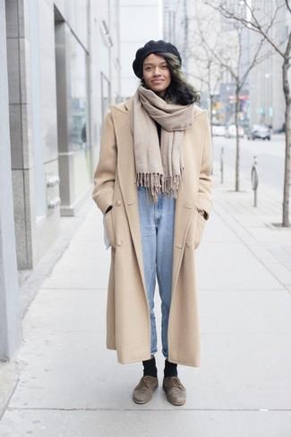 Un cappotto beige e un berretto nero sono un outfit perfetto da sfoggiare nel tuo guardaroba. Scarpe derby in pelle scamosciata marroni aggiungono un tocco particolare a un look altrimenti classico.