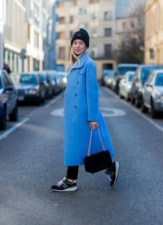 Come indossare e abbinare: cappotto blu, dolcevita nero, jeans neri, scarpe sportive nere