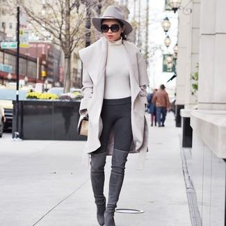 Come indossare: cappotto beige, dolcevita beige, leggings grigio scuro, stivali sopra il ginocchio in pelle scamosciata grigi