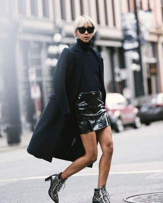 Vestiti con un cappotto nero e una minigonna in pelle nera per creare un look raffinato e glamour. Impreziosisci il tuo outfit con un paio di stivaletti stringati eleganti in pelle argento.