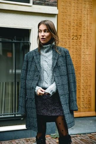 Come indossare: cappotto scozzese grigio scuro, dolcevita lavorato a maglia grigio, minigonna di tweed grigio scuro, stivali al ginocchio in pelle scamosciata neri