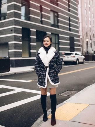 Come indossare e abbinare: cappotto di tweed grigio scuro, dolcevita nero, minigonna beige, stivali sopra il ginocchio in pelle scamosciata neri