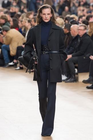 Come indossare e abbinare: cappotto nero, dolcevita blu scuro, pantaloni a campana blu scuro, stivaletti in pelle neri