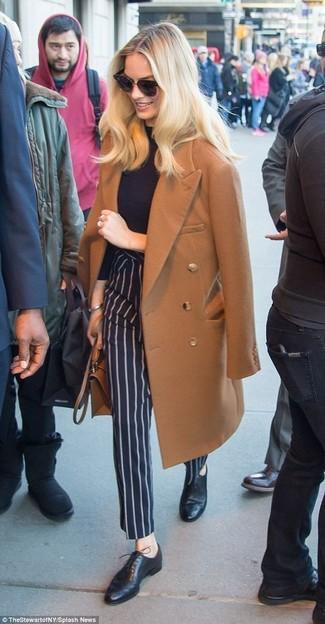 Come indossare e abbinare pantaloni eleganti a righe verticali blu scuro: Mostra il tuo stile in un cappotto marrone con pantaloni eleganti a righe verticali blu scuro se cerchi uno stile ordinato e alla moda. Scarpe oxford in pelle nere sono una eccellente scelta per completare il look.