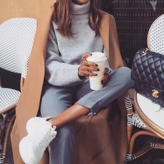 Come indossare e abbinare scarpe sportive bianche: Prova a combinare un cappotto marrone chiaro con pantaloni eleganti grigi se preferisci uno stile ordinato e alla moda. Per distinguerti dagli altri, scegli un paio di scarpe sportive bianche.