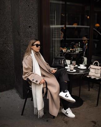 Come indossare: cappotto beige, dolcevita beige, pantaloni eleganti neri, sneakers basse in pelle bianche e nere