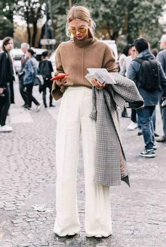 Come indossare e abbinare: cappotto a quadri grigio, dolcevita marrone, pantaloni larghi bianchi, décolleté in pelle bianchi