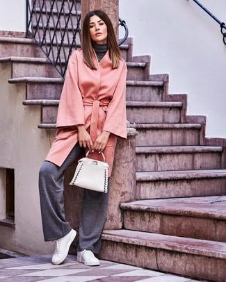Come indossare e abbinare: cappotto grigio, dolcevita grigio scuro, pantaloni larghi grigio scuro, sneakers basse in pelle bianche