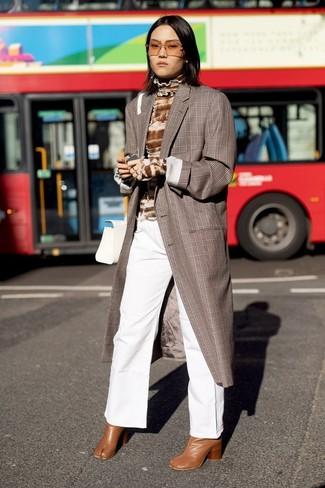 Come indossare: cappotto scozzese marrone, dolcevita effetto tie-dye marrone, pantaloni larghi di jeans bianchi, stivaletti in pelle terracotta