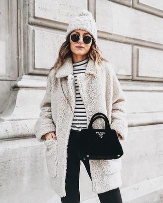 Come indossare: cappotto in bouclé testurizzato beige, dolcevita a righe orizzontali bianco e nero, pantaloni skinny neri, borsa a tracolla in pelle scamosciata nera