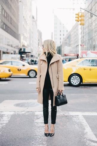 Prova a combinare un cappotto marrone chiaro con pantaloni skinny in pelle neri per un look da sfoggiare sul lavoro. Décolleté in pelle neri sono una gradevolissima scelta per completare il look.