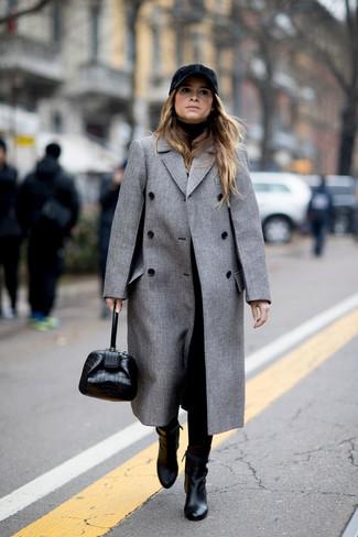 Come indossare: cappotto grigio, dolcevita nero, pantaloni stretti in fondo neri, stivaletti in pelle neri