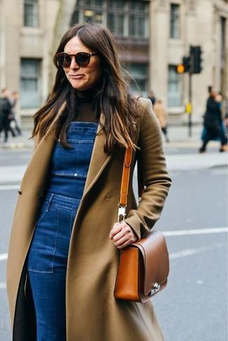 Come indossare e abbinare: cappotto marrone chiaro, dolcevita marrone scuro, salopette di jeans blu, borsa a tracolla in pelle terracotta