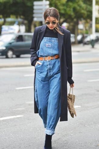 Come indossare: cappotto nero, dolcevita nero, salopette di jeans blu, stivaletti in pelle scamosciata neri