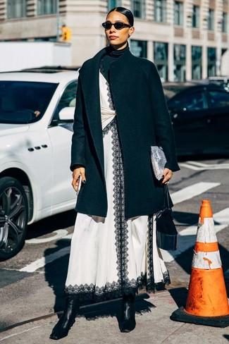 Come indossare e abbinare: cappotto nero, dolcevita nero, sottoveste di pizzo bianca e nera, stivaletti in pelle neri