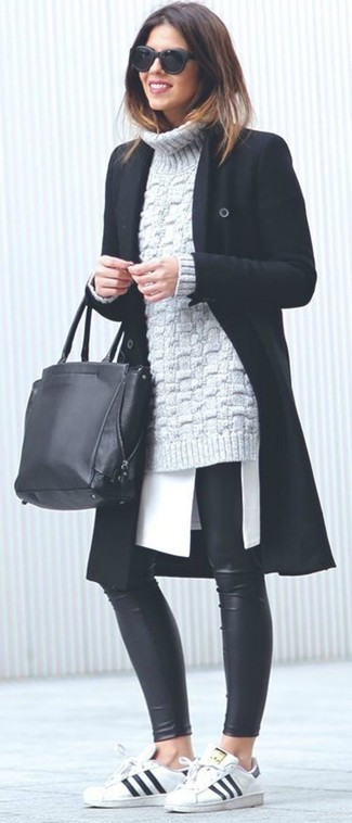Come indossare: cappotto nero, dolcevita lavorato a maglia grigio, tunica bianca, leggings in pelle neri