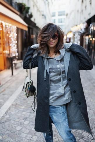 Come indossare e abbinare: cappotto grigio scuro, felpa con cappuccio mimetica grigia, jeans boyfriend strappati blu, borsa a tracolla in pelle beige