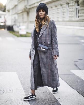 Come indossare e abbinare: cappotto scozzese grigio, felpa con cappuccio nera, pantaloni skinny in pelle neri, sneakers basse di tela nere e bianche