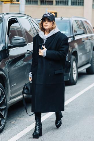 Come indossare: cappotto nero, felpa con cappuccio grigia, stivali al polpaccio in pelle neri, borsa a mano in pelle nera