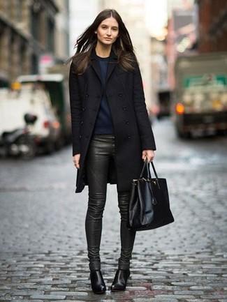 Come indossare: cappotto nero, felpa blu scuro, pantaloni skinny in pelle verde scuro, stivaletti in pelle neri