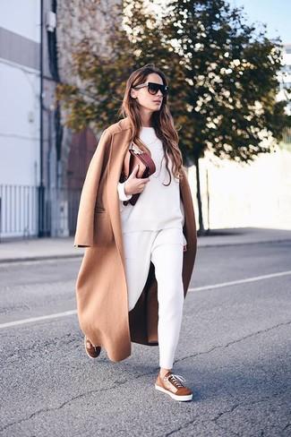 Come indossare e abbinare: cappotto marrone chiaro, felpa bianca, pantaloni stretti in fondo bianchi, sneakers basse in pelle scamosciata marroni