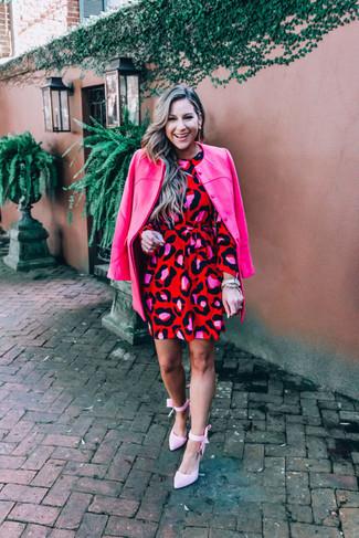 Come indossare: cappotto fucsia, vestito a trapezio leopardato rosso, décolleté di tela rosa
