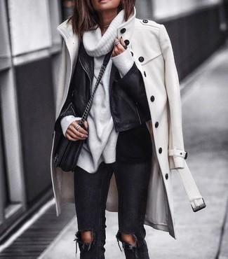 Come indossare: cappotto bianco, giacca da moto in pelle nera, maglione con scollo a cappuccio bianco, jeans aderenti strappati neri