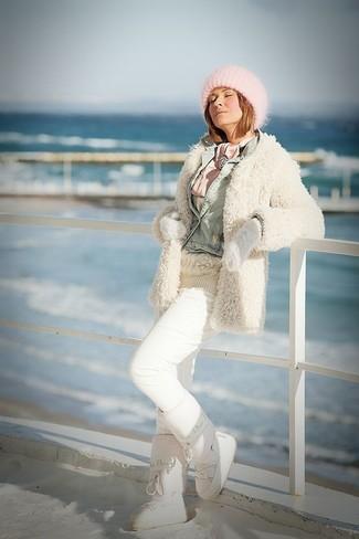 Come indossare: cappotto morbido beige, giacca di jeans azzurra, maglione a trecce beige, pantaloni sportivi bianchi