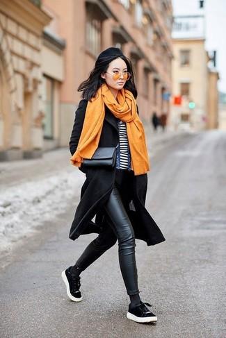 Come indossare e abbinare: cappotto nero, giacca di jeans blu, t-shirt girocollo a righe orizzontali bianca e nera, jeans aderenti in pelle neri