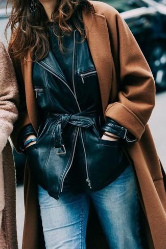 Come indossare: cappotto terracotta, giacca in pelle nera, t-shirt girocollo nera, jeans blu