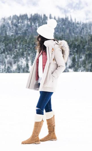 Come indossare e abbinare: cappotto beige, gilet trapuntato rosa, maglione girocollo di pizzo bianco, jeans aderenti strappati blu scuro