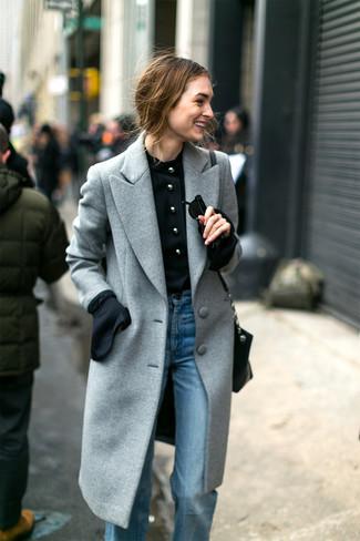 Come indossare: cappotto grigio, camicetta manica lunga nera, jeans a campana azzurri, borsa a tracolla in pelle nera