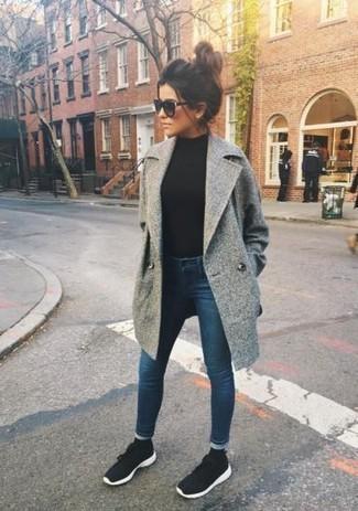 Come indossare: cappotto grigio, dolcevita nero, jeans aderenti blu scuro, scarpe sportive nere e bianche