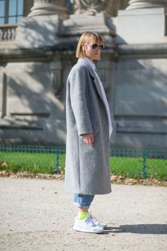 Come indossare e abbinare: cappotto grigio, jeans boyfriend blu, scarpe sportive bianche, calzini lime