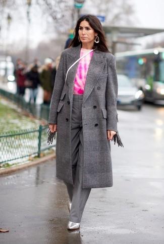 Come indossare: cappotto a quadri grigio, maglione girocollo effetto tie-dye fucsia, pantaloni larghi grigi, stivaletti in pelle argento
