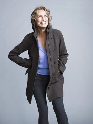 Look di Lauren Hutton: Cappotto grigio scuro, Cardigan viola