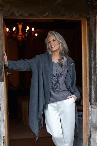 Come indossare e abbinare: cappotto grigio scuro, maglione girocollo stampato grigio scuro, pantaloni larghi bianchi, spilla dorata