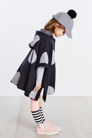 Come indossare: cappotto grigio scuro, stivali in pelle scamosciata rosa, berretto da baseball di lana grigio, collant rosa