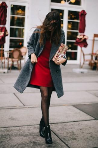 Come indossare: cappotto grigio scuro, vestito a trapezio rosso, stivaletti in pelle neri, collant a pois nero