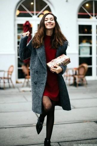 Come indossare: cappotto grigio scuro, vestito di maglia rosso, stivaletti in pelle scamosciata neri, collant a pois nero