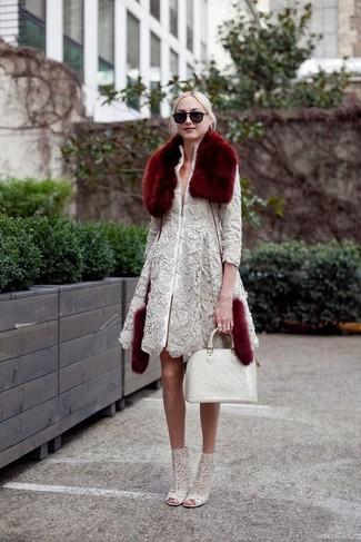 Come indossare: cappotto di pizzo grigio, stivaletti di pizzo grigi, borsa shopping in pelle bianca, sciarpa di pelliccia bordeaux