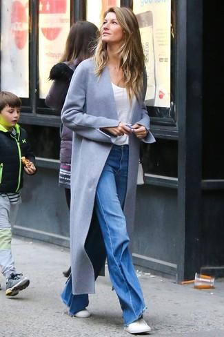 Come indossare: cappotto grigio, t-shirt girocollo bianca, jeans a campana blu, sneakers basse bianche