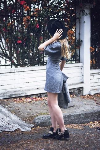 Come indossare: cappotto grigio, vestito a trapezio grigio, stivaletti in pelle decorati neri, borsalino di lana nero